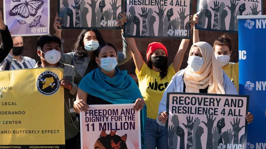 Manifestantes con la New York Immigration Coalition pidieron al presidente electo, Joe Biden, que priorize una reforma migratoria para regularizar a millones de indocumetados.