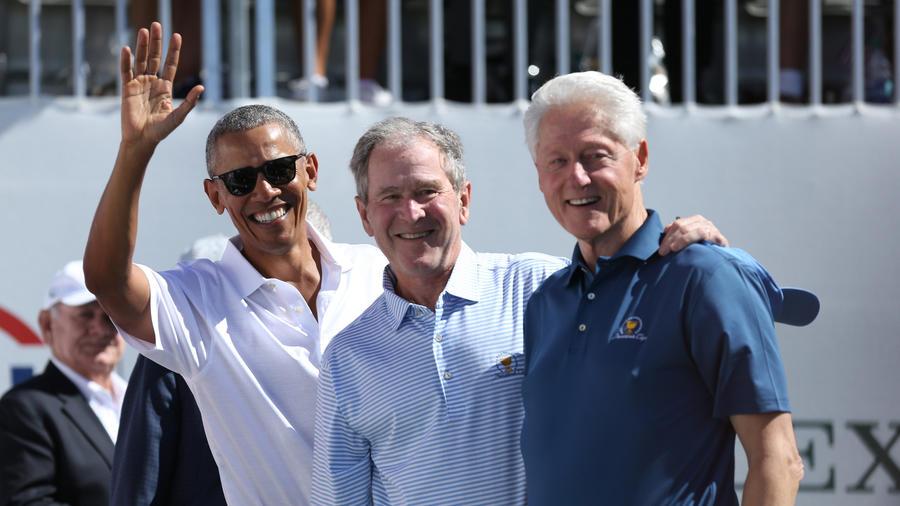 Los expresidentes (desde la izquierda) Barack Obama, George W. Bush y Bill Clinton sonríen en un torneo de golf en 2017 (Bill Streicher).