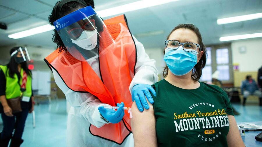 Una enfermera recibe una dosis de la vacuna Moderna Covid-19 en el South Bronx Educational Campus en Nueva York, el 10 de enero de 2021.