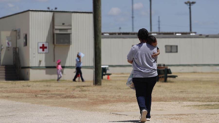 Inmigrantes que buscan asilo caminan en un Centro Residencial Familiar de ICE en el sur Texas (Archivo).