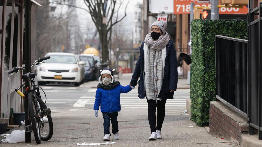 Yareli Adan camina con su hijo en Nueva York. Adan está aplicando al programa DACA.