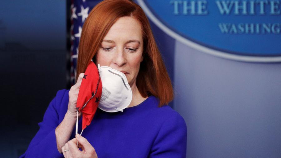 La secretaria de prensa de la Casa Blanca, Jen Psaki, llegó con dos mascarillas a la rueda de prensa inaugural de la administración Biden, el 20 de enero de 2021.