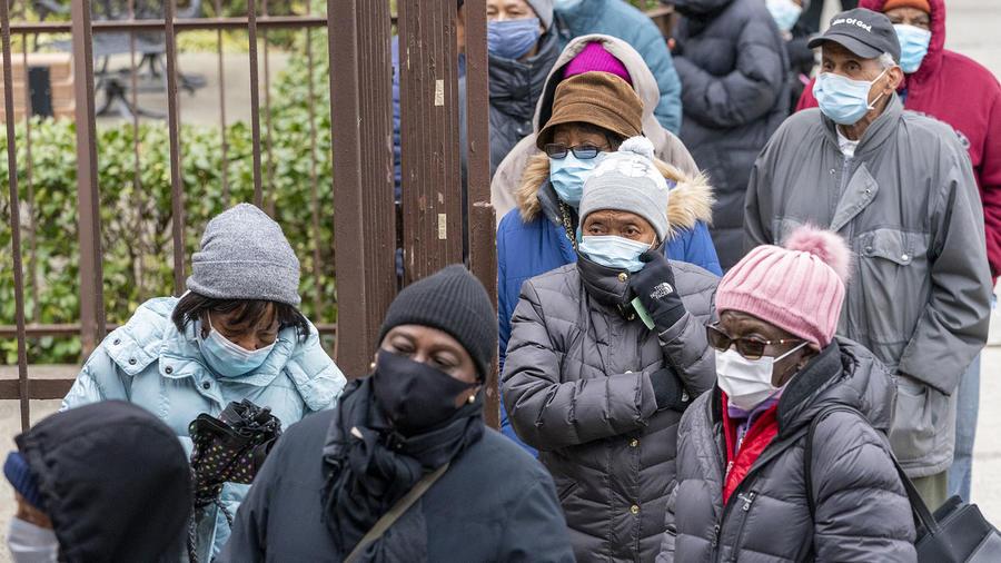 Personas hacen fila para recibir la vacuna contra el COVID-19 en una iglesia en el Bronx, en Nueva York, una de las áreas más afectadas por la pandemia.