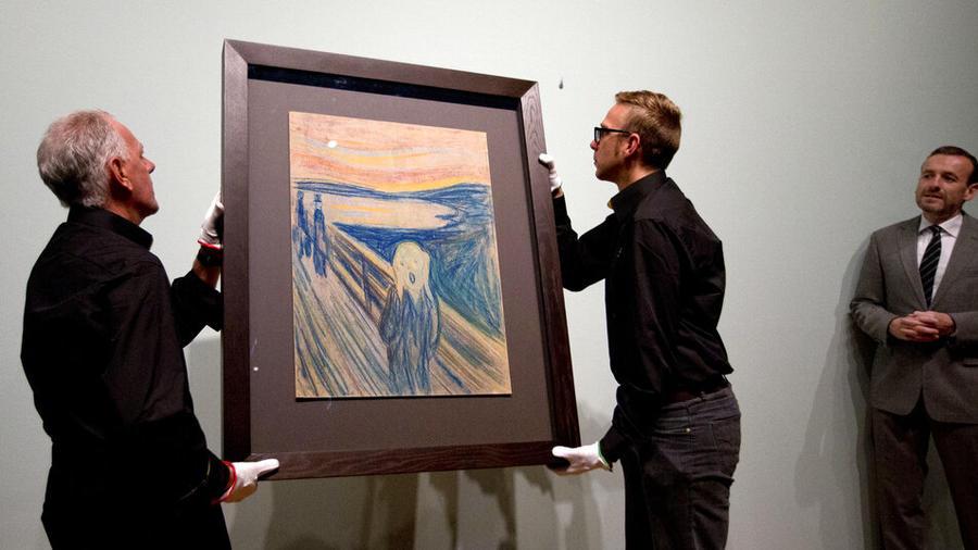 La pintura 'El Grito', de Edvard Munch, es colgada en el Museo Van Gogh en Amsterdam.