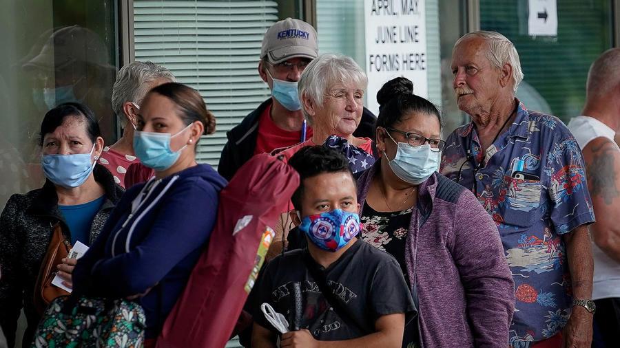 Personas esperan afuera de un centro de ayuda para desempleo en Kentucky, Estados Unidos.