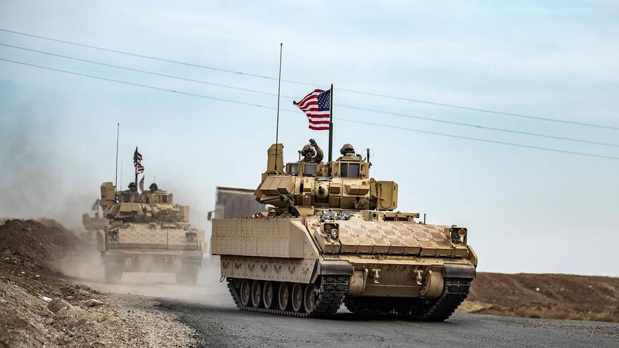 Soldados estadounidenses patrullan un área cerca cerca de la frontera en el noreste de Siria en enero de 2021. Estados Unidos tiene aún unos 1,000 soldados en territorio sirio y 2,500 en Irak para apoyar las operaciones contra insurgentes.