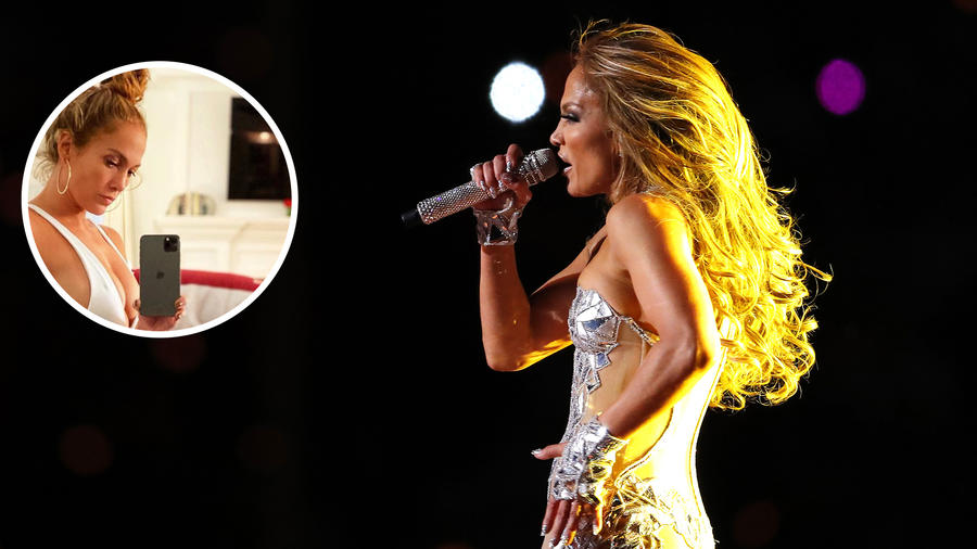 Jennifer Lopez cantando y en bikini blanco