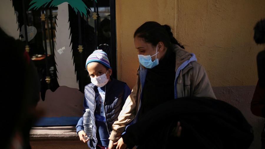 Una madre centroamericana camina con su hija cerca del puente fronterizo Zaragoza-Ysleta, en Ciudad Juárez, México, tras haber sido deportadas desde Estados Unidos, el 4 de febrero del 2021.