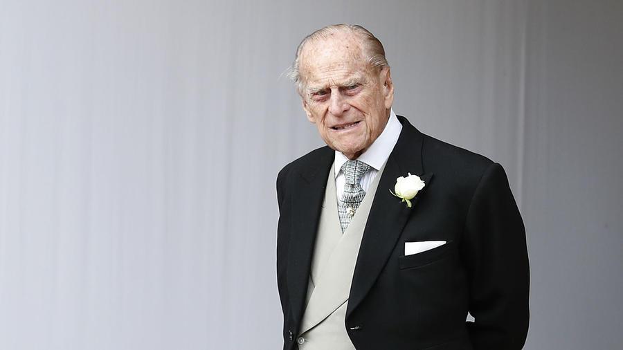 Príncipe Philip con saco negro