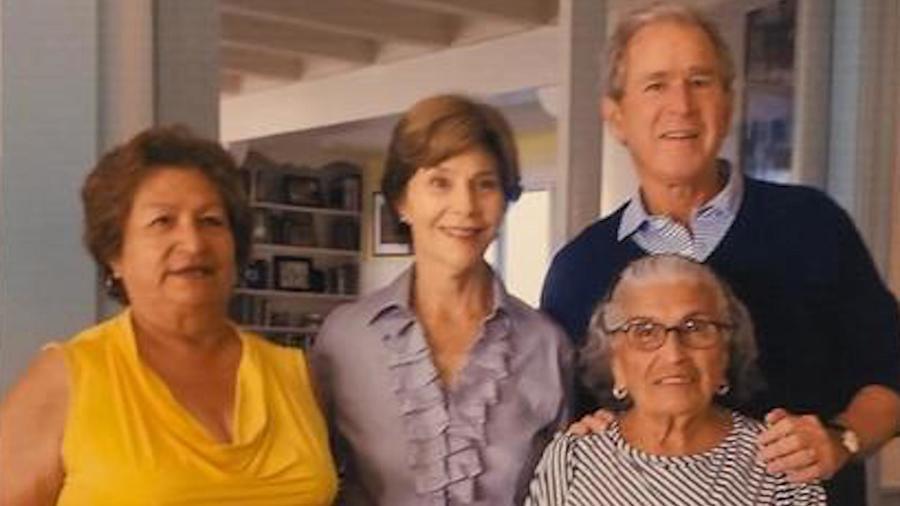 De izquierda a derecha: Laura Huizar, Laura Welch Bush, George W. Bush y Paula Rendón.