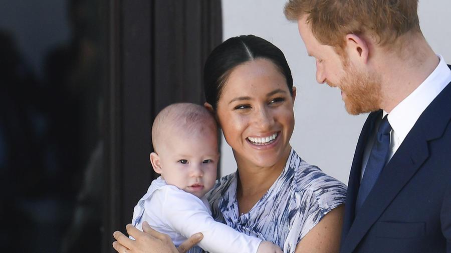 Príncipe Harry y Meghan Markle con Archie en brazos.