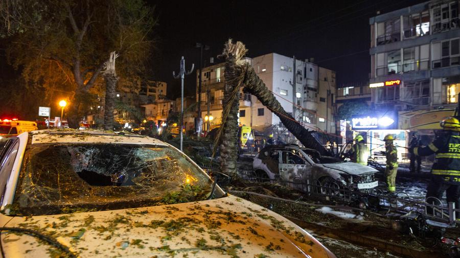 Rescatista remueve los escombros de un cohete en la franja de Gaza, en Israel.