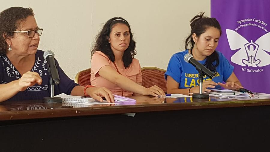 Sara Rogel, al centro, durante una conferencia de prensa celebrada en San Salvador, el 8 de junio de 2021.