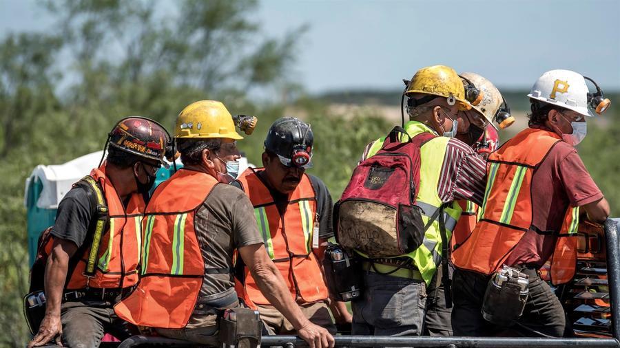 Rescatistas y compañeros de los mineros atrapados en Coahuila