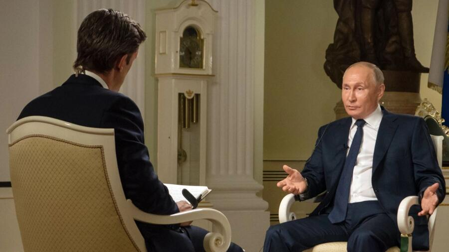 El periodista de NBC News Keir Simmons entrevista al presidente de Rusia, Vladimir Putin.