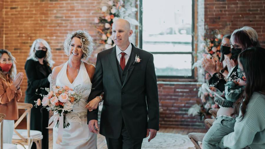 Lisa y Peter Marshall durante su ceremonia de renovación de votos matrimoniales