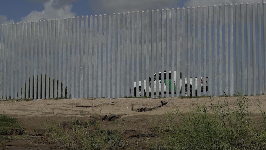 En esta imagen de julio del 2020, se aprecia la erosion causada por el Huracán Hanna frente a la barrera fronteriza construida por Fisher Industries cerca del Río Grande en Texas.
