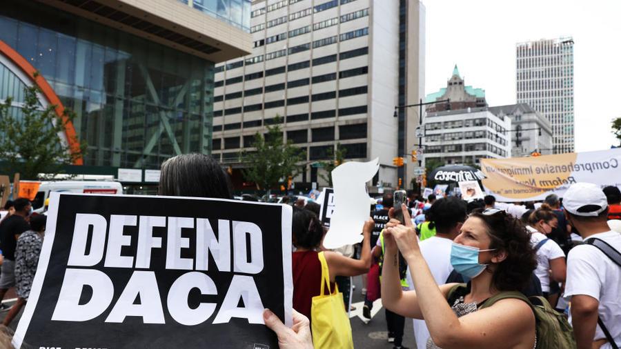 """""""Defiendan DACA"""". Personas participan en una protesta a favor de un camino a la ciudadanía includo en el plan de infraestructura en Nueva York."""