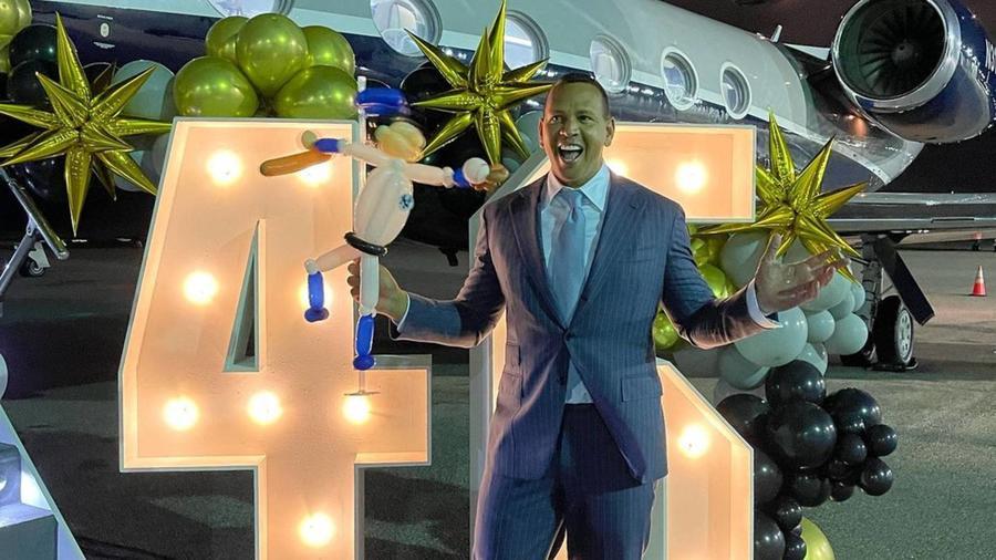 Alex Rodriguez, en el aeropuerto, celebrando sus 46 años