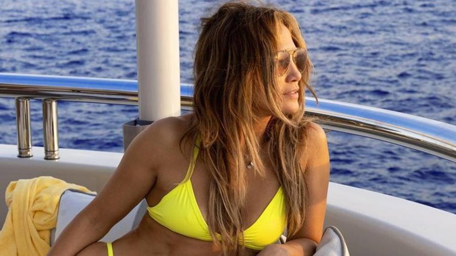Jennifer Lopez en bikini amarillo
