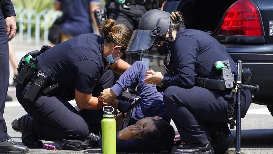 Un manifestante apuñalado frente al ayuntamiento de Los Ángeles en un choque entre grupos a favor y en contra de la vacuna del COVID-19