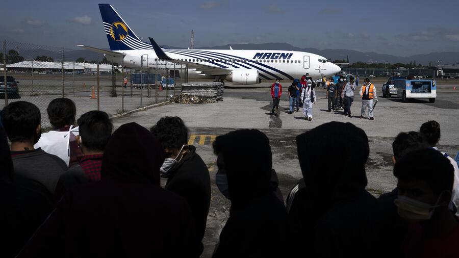 Un grupo de niños guatemaltecos llega a la ciudad de Guatemala tras ser deportados desde Estados Unidos en avión en agosto de 2021.