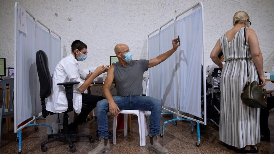 Un hombre recibe la tercera dosis de la vacuna contra el COVID-19 de Pfizer en Ramat Gan, Israel, el 30 de agosto del 2021. En Israel, las personas mayores de 60 años que han estado vacunadas con Pfizer por al menos cinco meses recibieron un refuerzo.