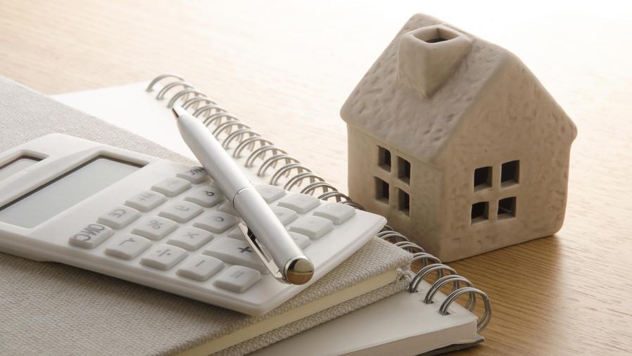 Casa junto a calculadora