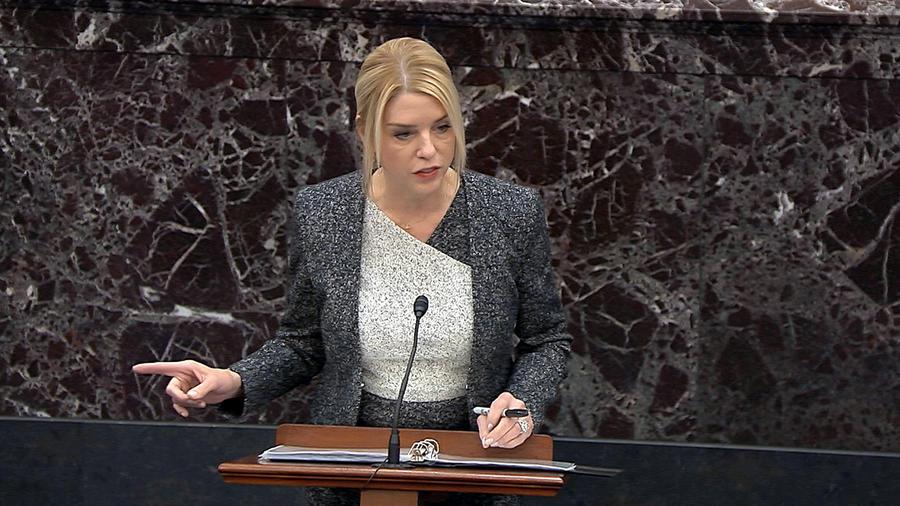 La abogada del equipo de defensa de Donald Trump Pam Bondi habla durante el juicio político en el Senado en Washington, el 27 de enero de 2020.