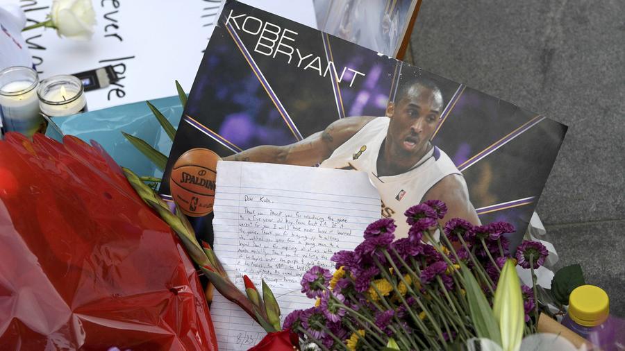Altar improvisado en el Staples Center en Los Angeles por Koby Bryant fallecido en un accidente de helicóptero el 26 de enero dde 2020