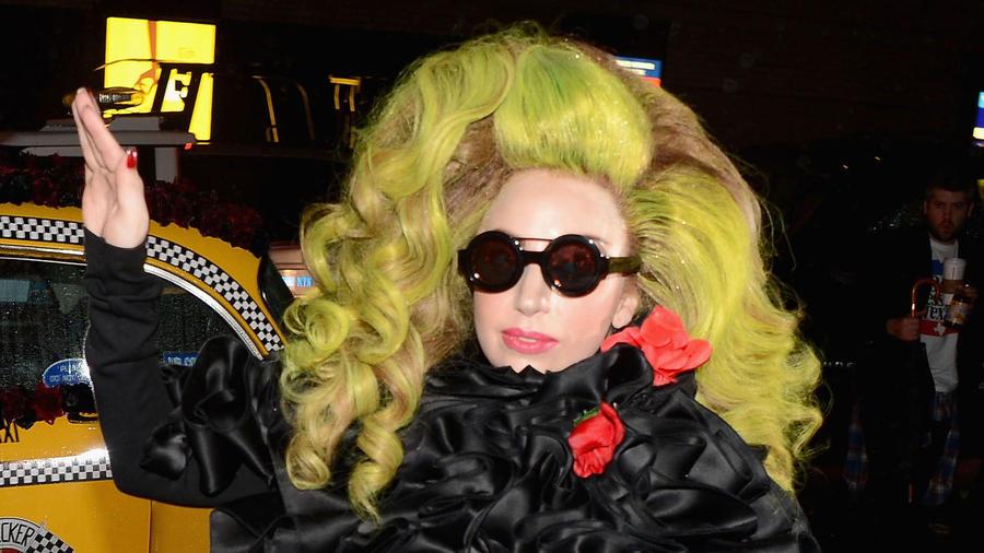 lady gaga pelo de arco iris taxi
