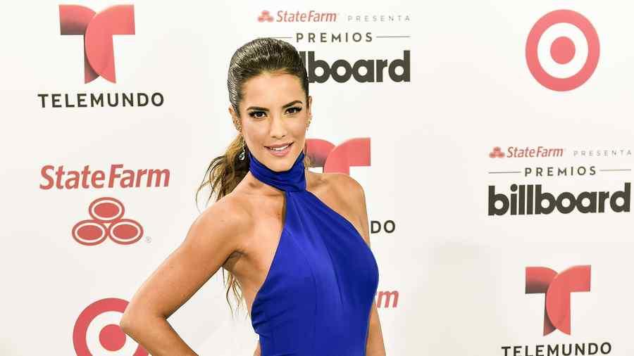 Gaby Espino luciendo vestido azul en la alfombra de Premios Billboard 2015