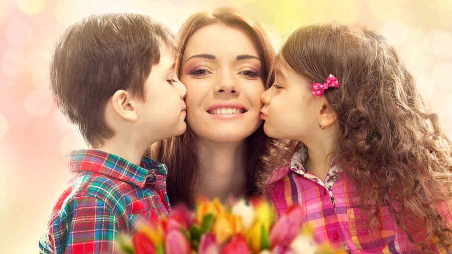 Niños dándole un beso a su mamá