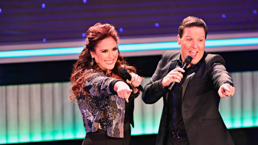 Angelica y Raul en el gran estreno de Que Noche
