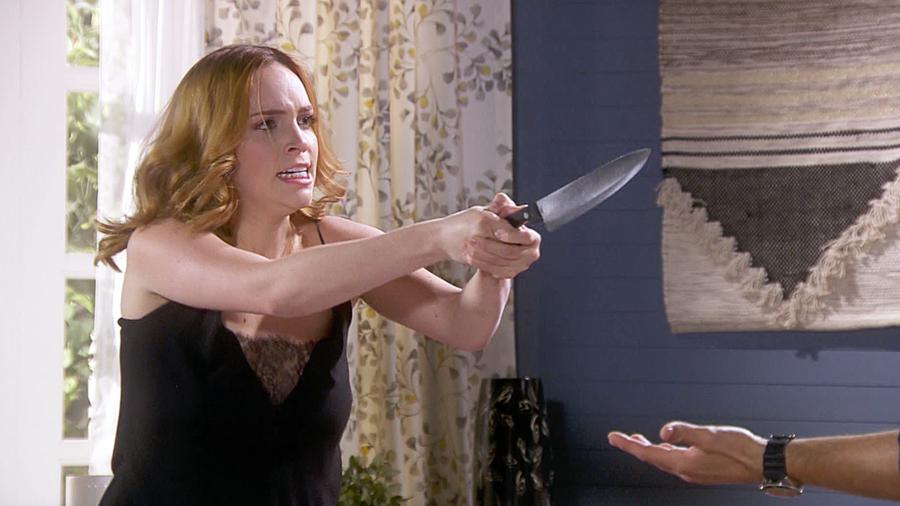 Minnie West amenaza con cuchillo a Antonio Gaona en Eva la Trailera