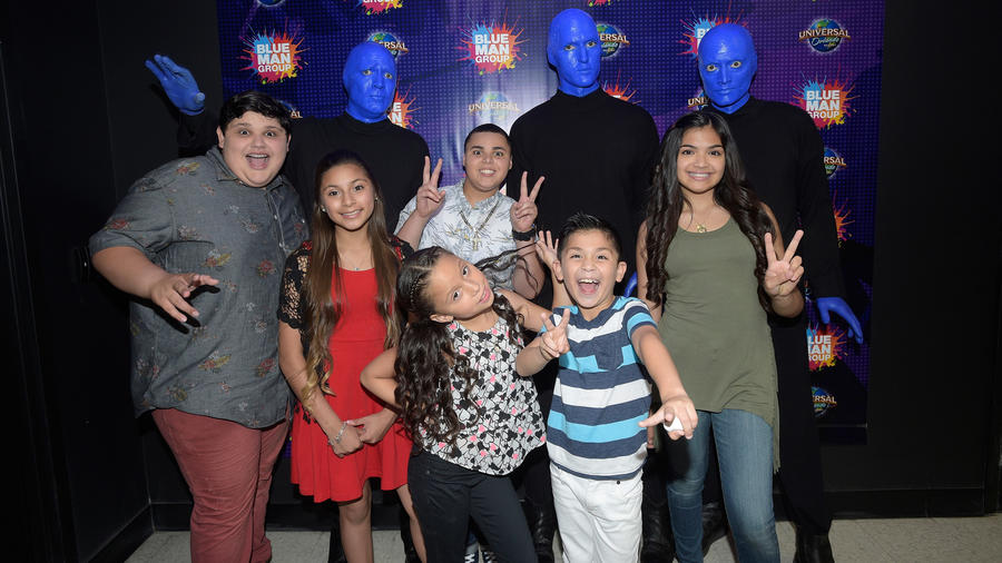 Los seis finalistas de La Voz Kids 2016 en Universal Orlando con el Blue Man Group