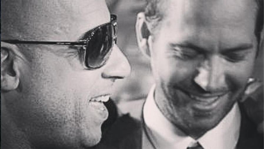 Paul Walker y Vin Diesel sonriendo en una imagen blanco y negro