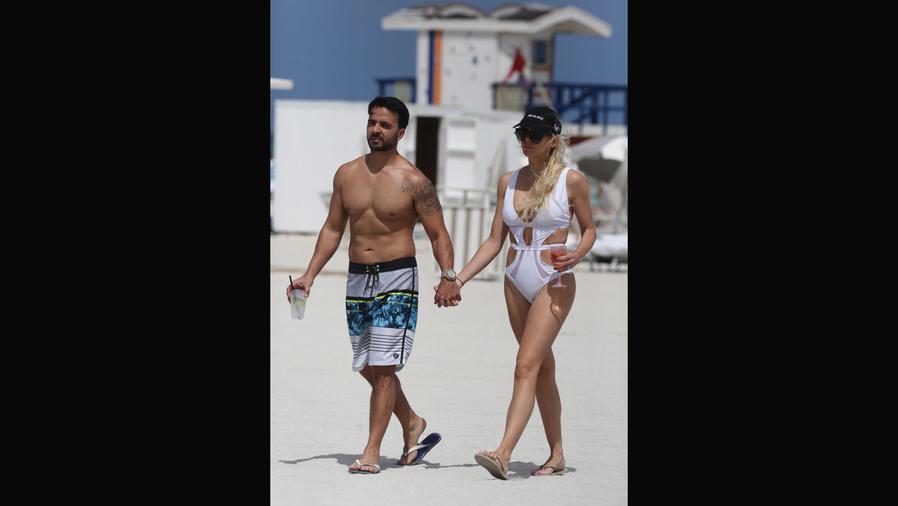 Luis Fonsi y su esposa en las playas de Miami