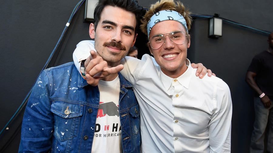 Joe Jonas y Justin Bieber en el evento Hand in Hand: A Benefit for Hurricane Relief