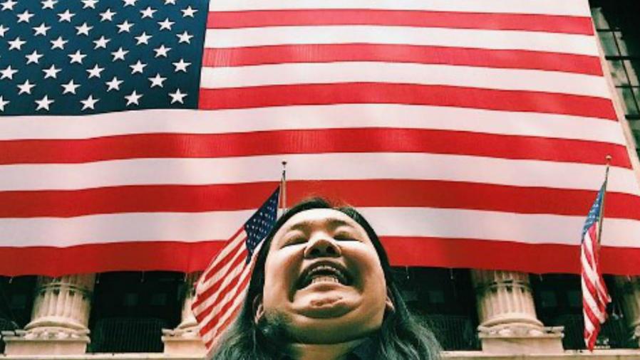 Michelle Liu con una bandera de Estados Unidos