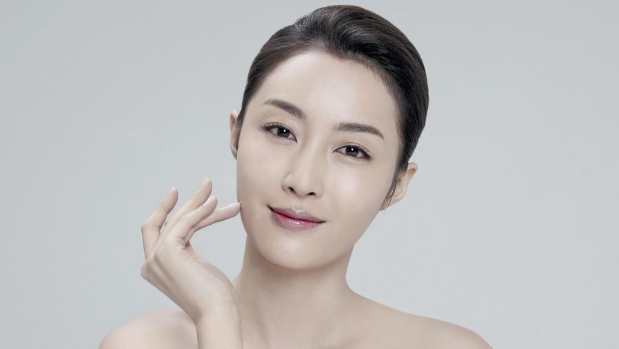 Mujer asiática con la piel radiante