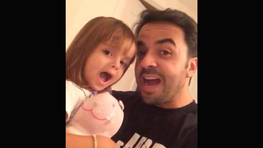 Luis Fonsi con su hija Mikaela