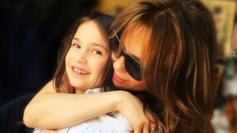 Thalía abrazando a su hija