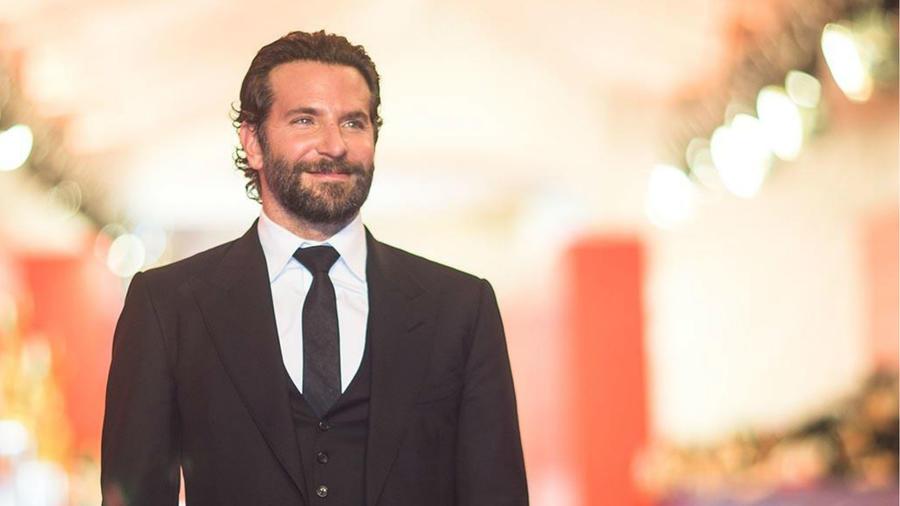 Bradley Cooper con traje negro