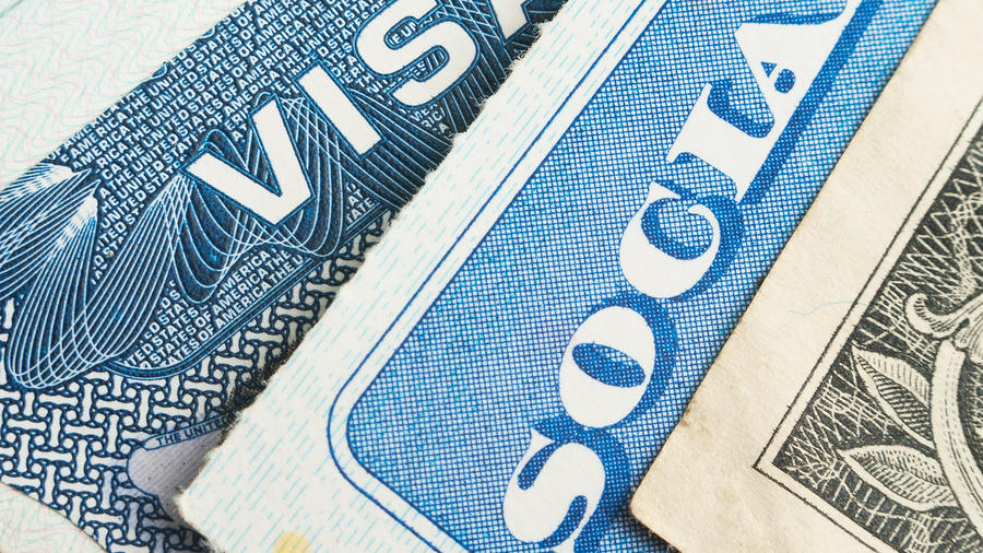 Foto genérica de una visa, una tarjeta de Seguridad Social y un billete de dólar