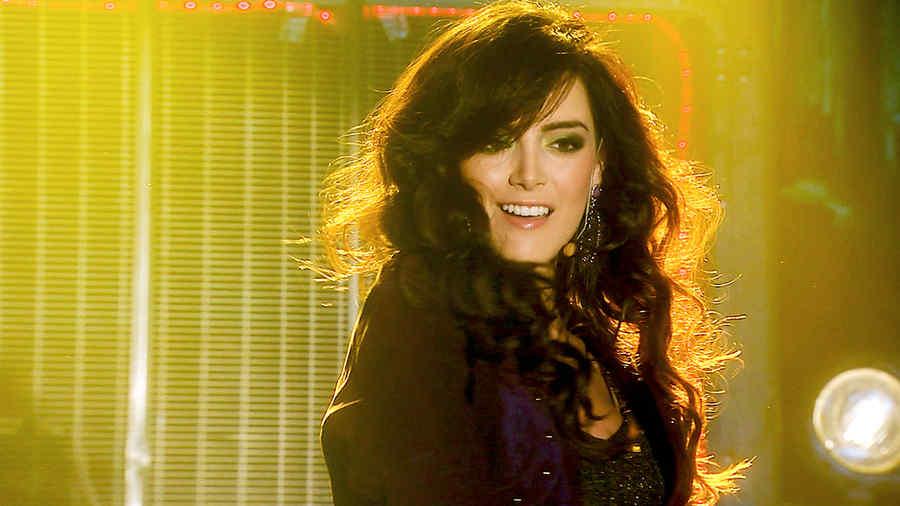 Daniela Navarro cantando y bailando en Tierra de Reyes