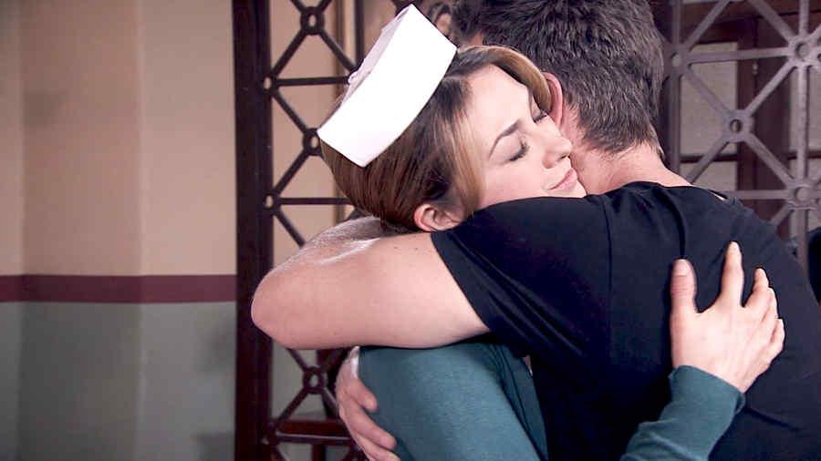 Erik Hayser abrazando a Aracely Arámbula en Los Miserables