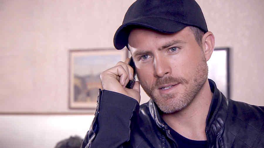 Erik Hayser con una gorra negra en Los Miserables