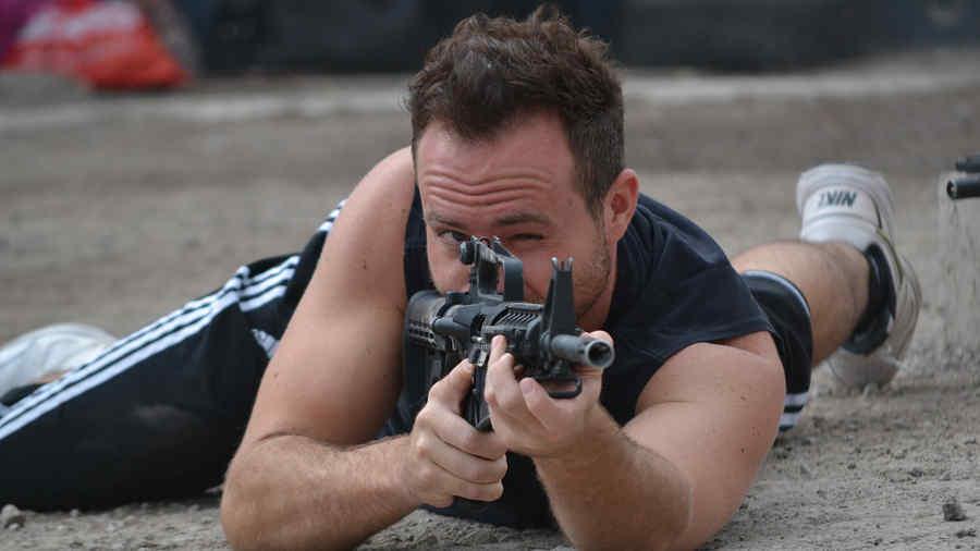 Erik Hayser con pistola en un entrenamiento