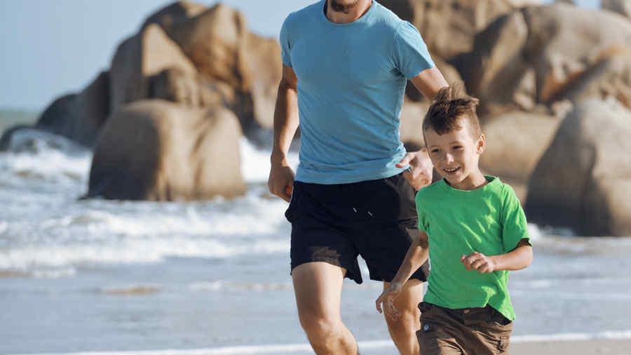 Papá en la playa con su hijo